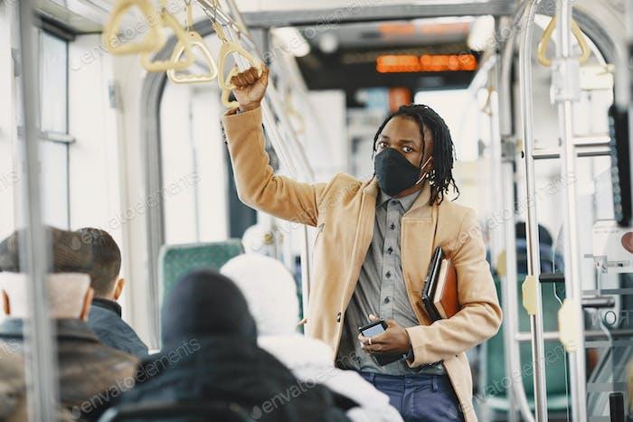 Молодой африканский бизнесмен в автобусе