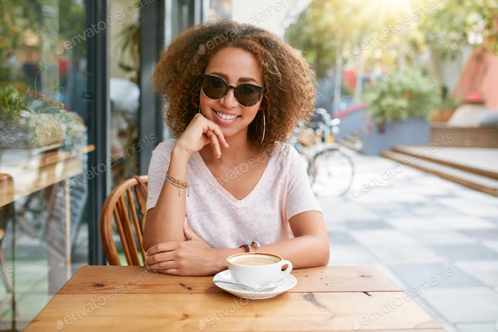 Attraktive Frau in einem Café im Freien