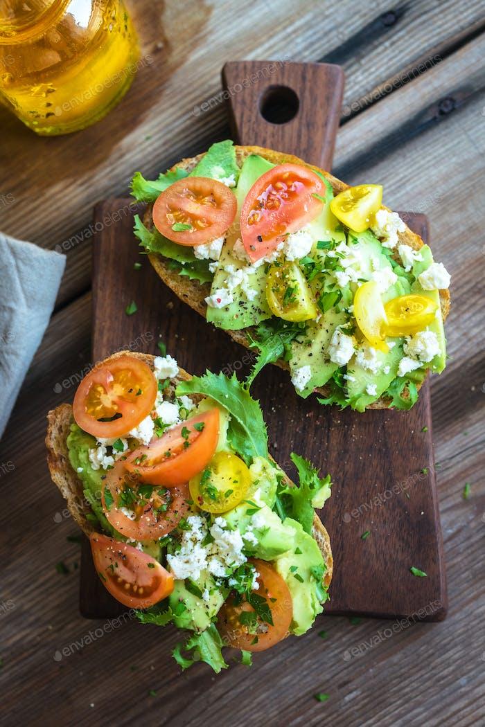 Sandwich mit Avocado und pochiertem Ei