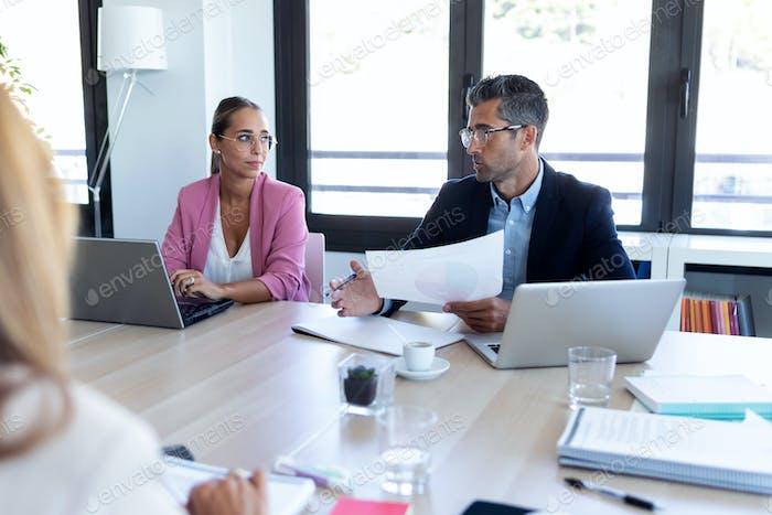 Деловые люди обсуждают вместе в конференц-зале во время встречи в офисе.