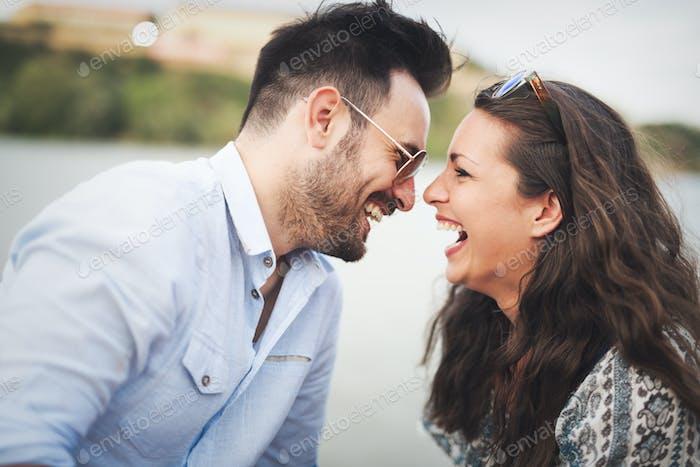 Glückliches Paar in der Liebe lächelnd im Freien