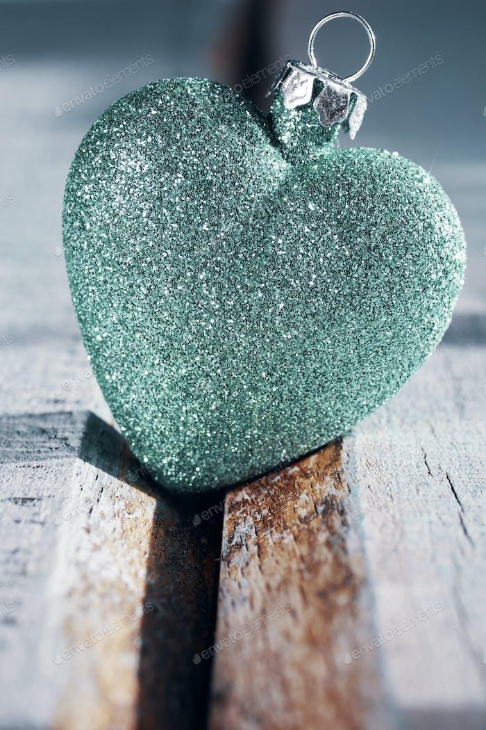 Bolas de Navidad en forma de corazón sobre un Fondo de De madera.