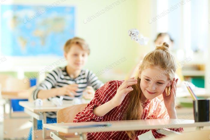 Lanzamiento de bolas de papel en el descanso escolar