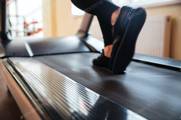 Laufband verwendet von Sportlerin zum Laufen im Fitnessstudio