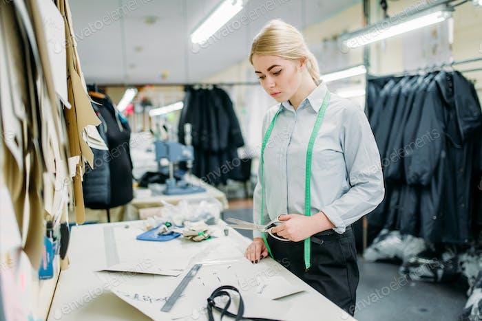 Kleidung Designer misst ein Muster, Nähen