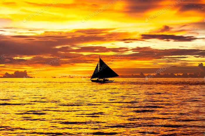 Schöner Sonnenuntergang am Strand von Boracay, Philippinen