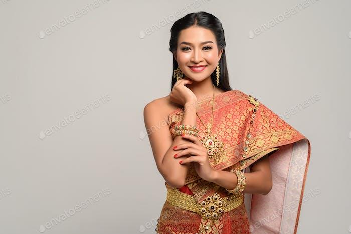 Beautyful Thailänderin trägt Thai-Kleid