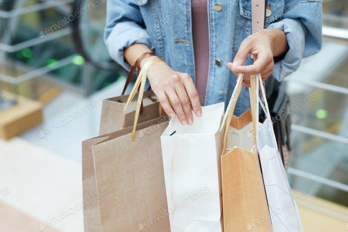 Blick durch Einkaufstaschen