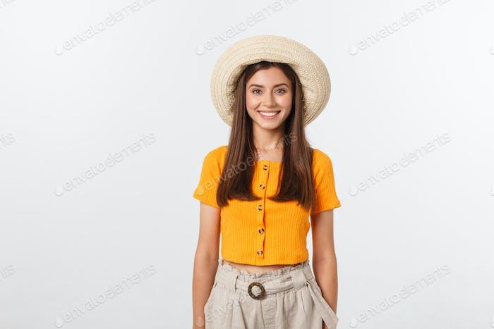 Reisekonzept - Nahaufnahme Porträt junge schöne attraktive Mädchen mit trendigen Hut und Lächeln