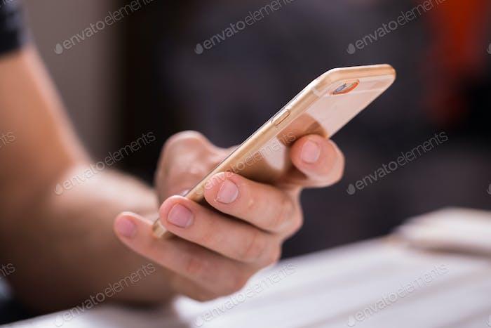 Cerca de un Hombre que Uso teléfono Inteligente Móvil