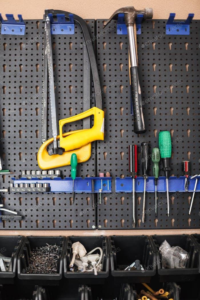 Nahaufnahme Ständer mit Vielzahl von Werkzeugen in der Werkstatt isoliert