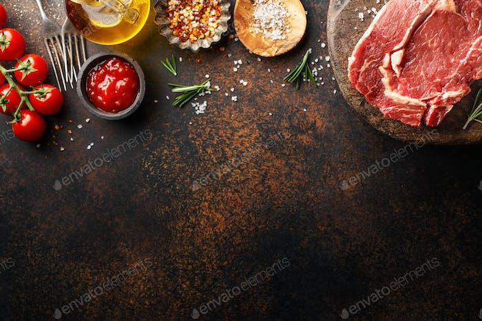 Rohes Rindfleisch Steak mit Zutaten auf dem Tisch