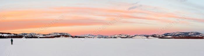 Esquí X-Country en el lago Laberge, Territorio del Yukón, Canadá
