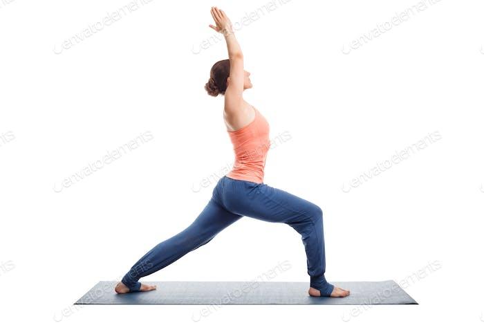 Frau praktiziert Yoga Asana utthita Virabhadras