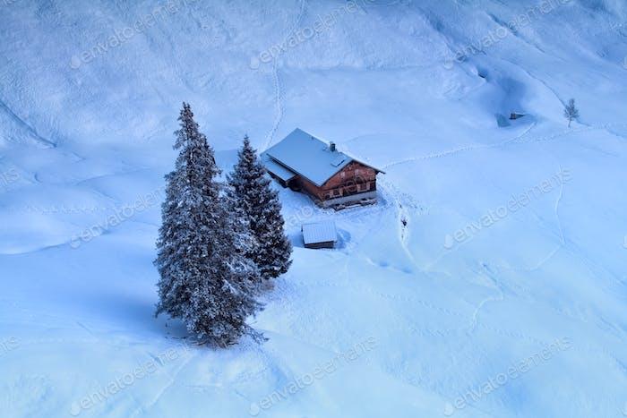 Trekkinghütte in verschneiten Bergen