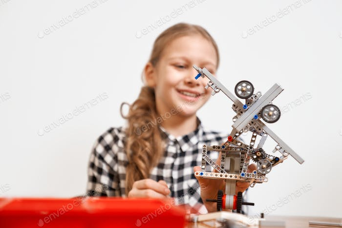 Robot hecho con kit de construcción por niña
