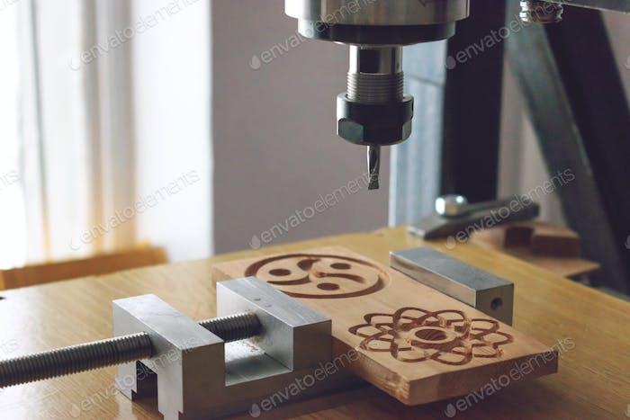 Holzschneidemaschine 3D Holz CNC-Fräser CNC-Fräsmaschine, die einen Holzteilrohling schnitzen. Cutter