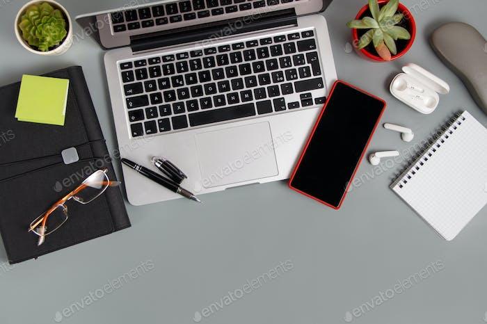 Escritorio de oficina con aparatos modernos en un escritorio gris