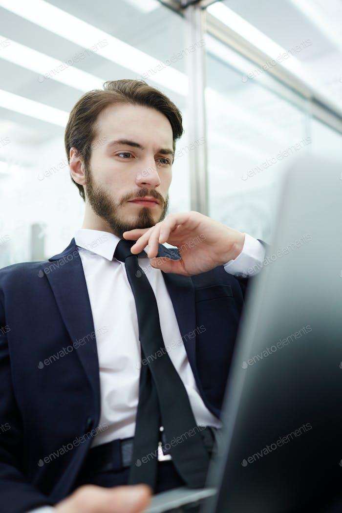 Konzentriert auf die Arbeit