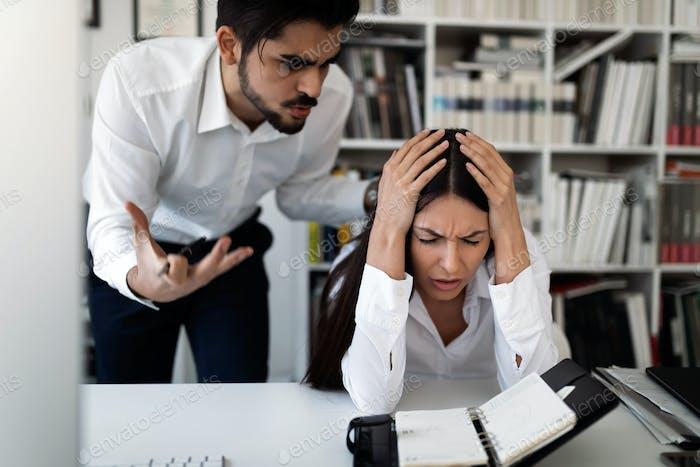 Imagen del jefe enojado criticando a su trabajador
