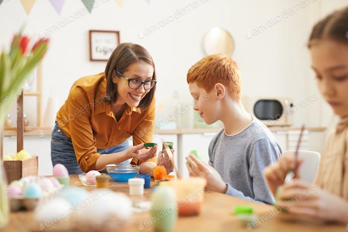 Мама помогает детям рисовать