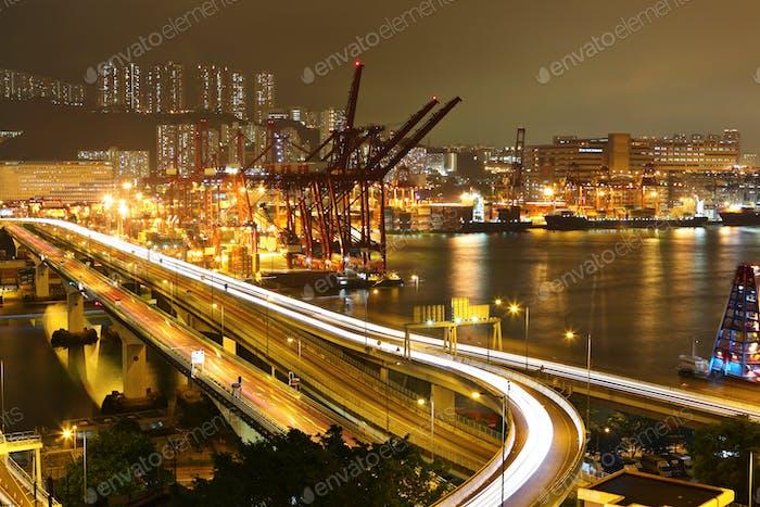 Cargo-Terminal und Autobahn