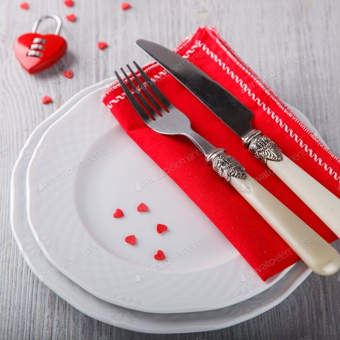 Tischdekoration für einen romantischen Urlaub Valentinstag