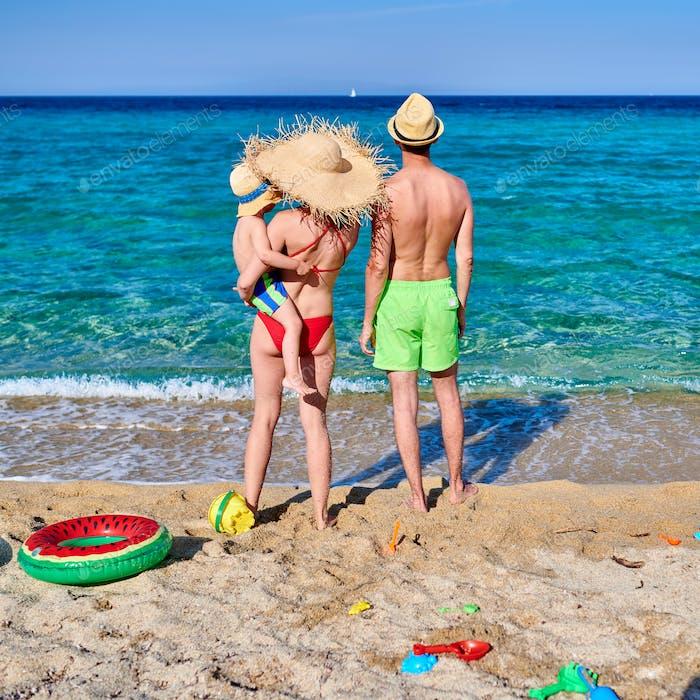 Familie am Strand in Griechenland