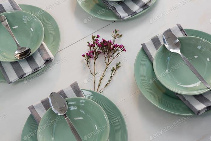 Элегантность стола на деревянной доске