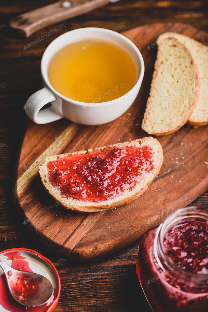 Toast mit hausgemachter Himbeermarmelade