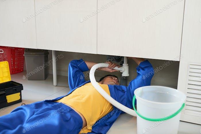 Klempnerbefestigung Spülbecken Rohr