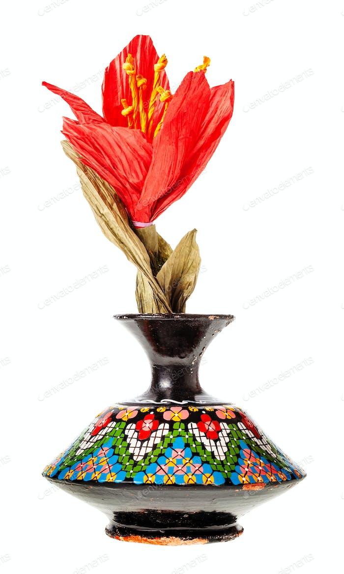 Papierblume in Vintage-Keramikvase isoliert