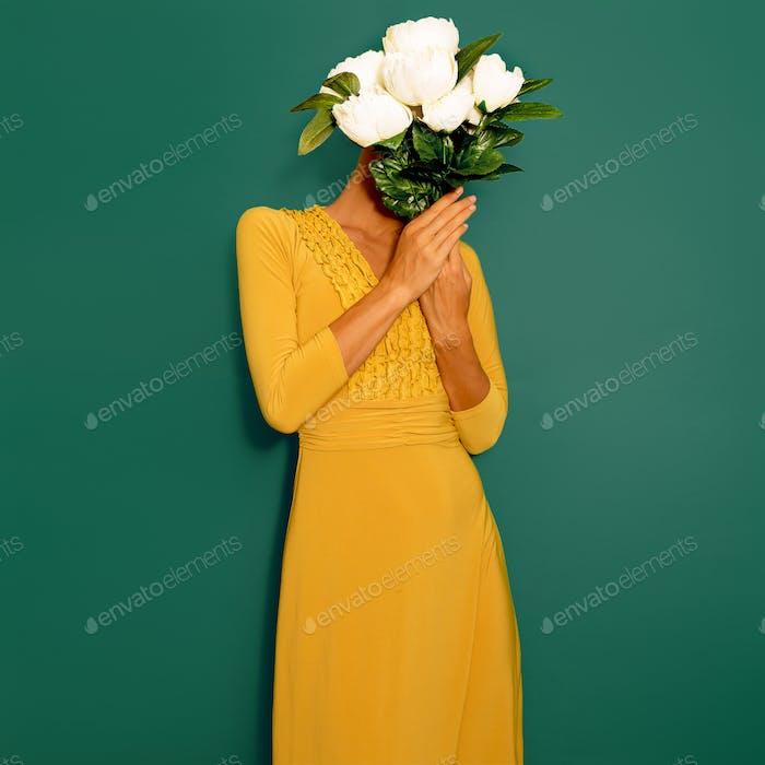 Sinnliche Vintage Lady mit einem Bouquet von Pfingstrosen. Frühlingsstil min