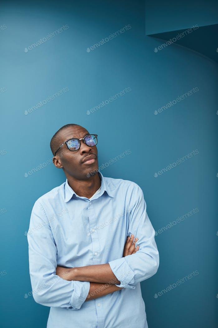 Зависительный африканский бизнесмен