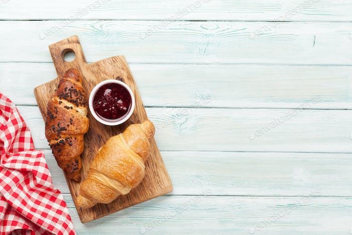 Frische Croissants mit Beerenmarmelade