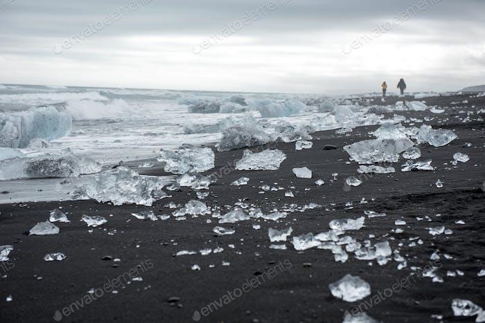 Diamond Beach in Island an der Atlantikküste. Eisberge von Jokulsarlon Gletscherlagune