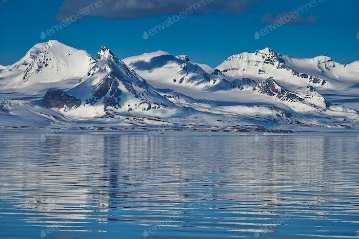 Schneebedeckte Berge, Arktis, Svalbard, Norwegen