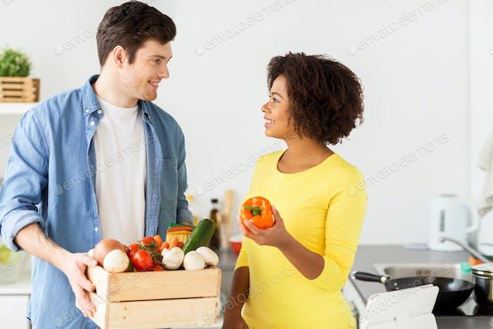 glückliches Paar mit gesundem Essen zu Hause Küche