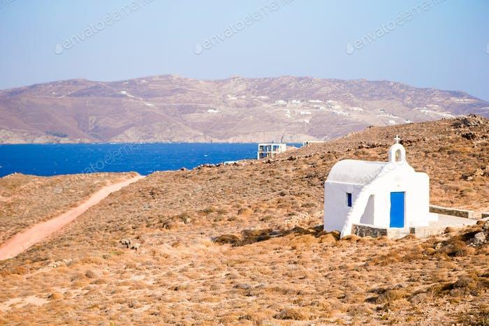 Traditionelle weiße Kirche mit Meerblick in Mykonos Insel, Griechenland