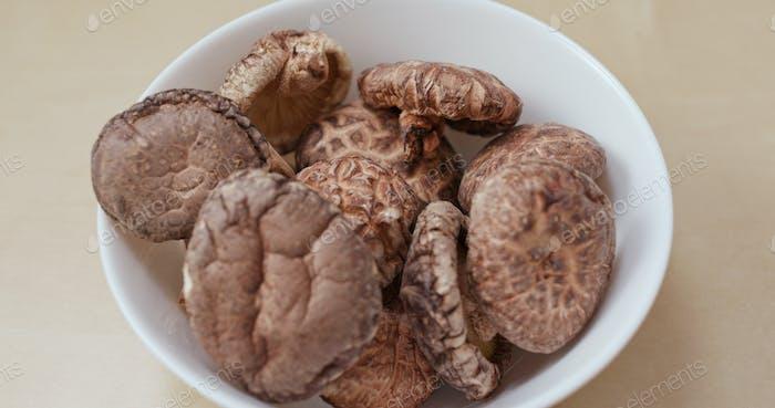Bereiten Sie trockenen Pilz zu kochen