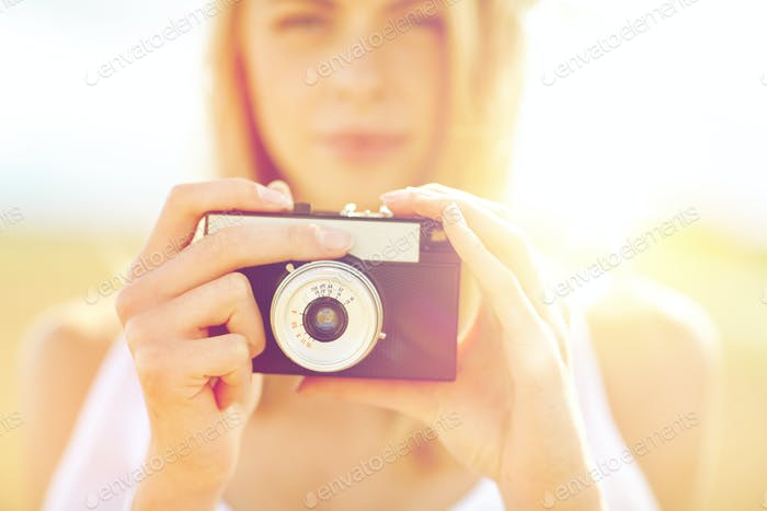 Nahaufnahme der Frau fotografieren mit Filmkamera