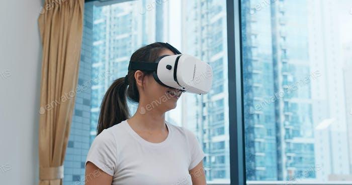 Frau spielen VR zu Hause