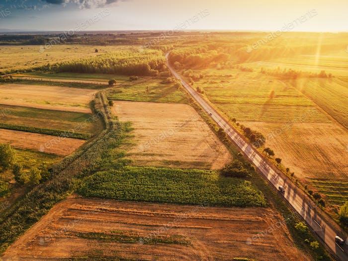Schöne Luftaufnahme der Landschaft und Felder in Sonnenuntergang