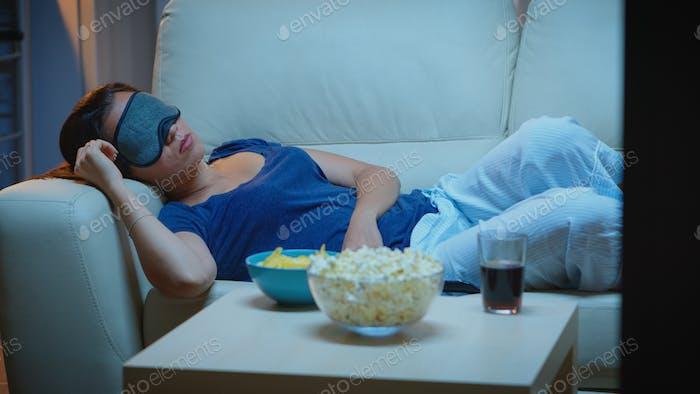 Frau schlafen mit Augenschutzmaske