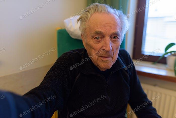 Senior Mann entspannt im Pflegeheim in Turku, Finnland