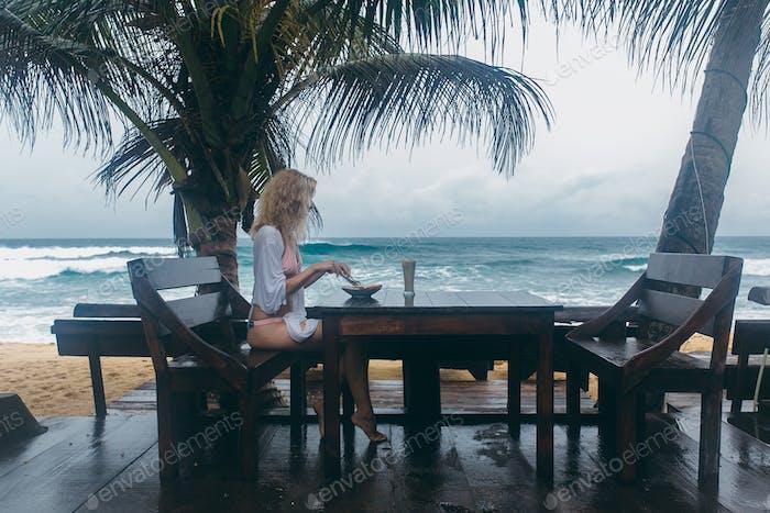 Mädchen essen am Strand