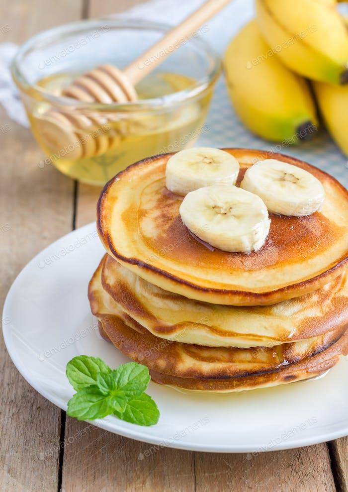 Stapel von Pfannkuchen mit Banane und Honig, Nahaufnahme