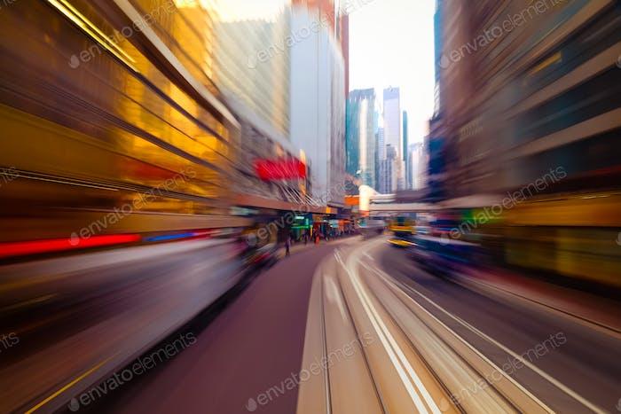 Umzug durch moderne Stadtstraße. Hongkong