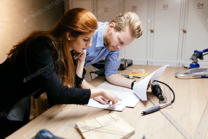 Kreative Designer arbeiten in der Werkstatt