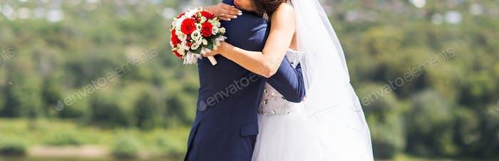 Stilvolle schöne glückliche Braut und Bräutigam, Hochzeit Feiern im Freien